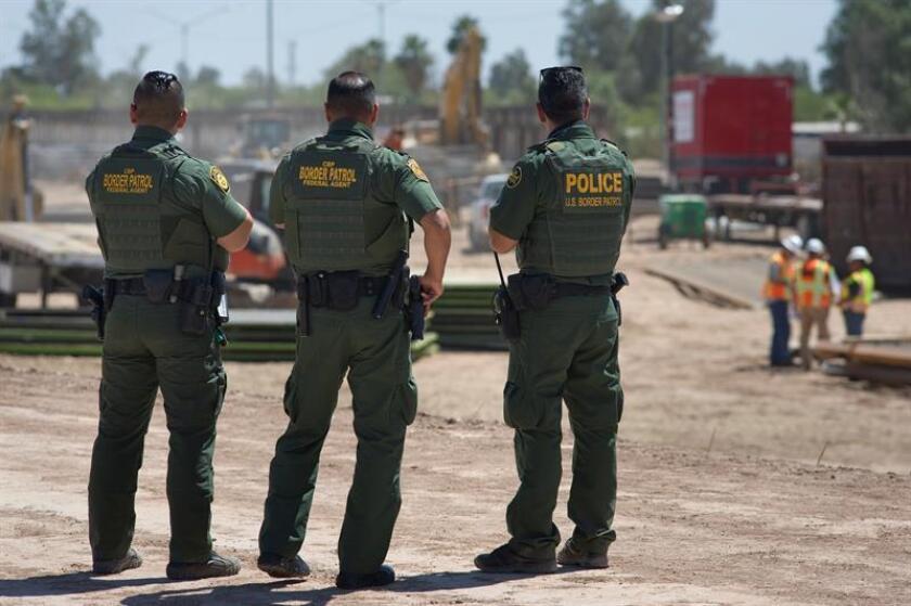 Agentes de la Patrulla Fronteriza de EE.UU. observan como avanza la construcción del muro fronterizo entre México y EE.UU. EFE/Archivo