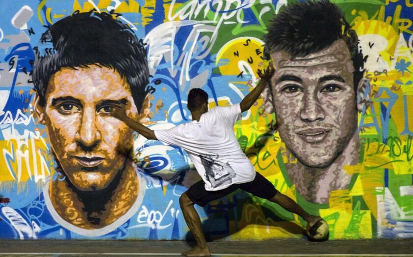 La imagen del argentino Lionel Messi (i) y Neymar, en una pared de Río de Janeiro, Brasil.