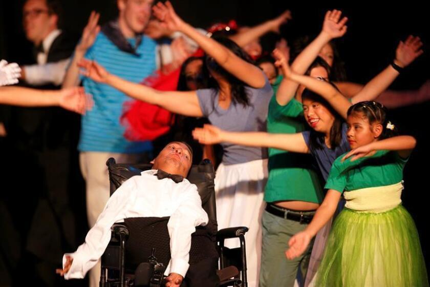 """Un grupo de jóvenes con autismo actúa en la """"Danza de la Resistencia"""" hoy, sábado 3 de febrero de 2018, en el Teatro de la Ciudad en Puebla (México). EFE"""