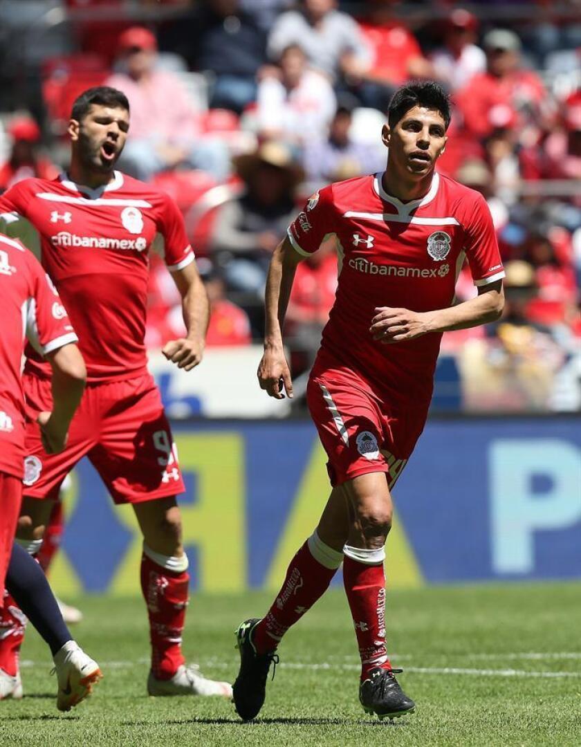 El jugador de Toluca Pablo Barrientos (d) celebra después de anotar un gol ante Veracruz este domingo durante el juego correspondiente a la jornada nueve del torneo mexicano de fútbol, en el estadio Nemesio Diez de Toluca (México). EFE