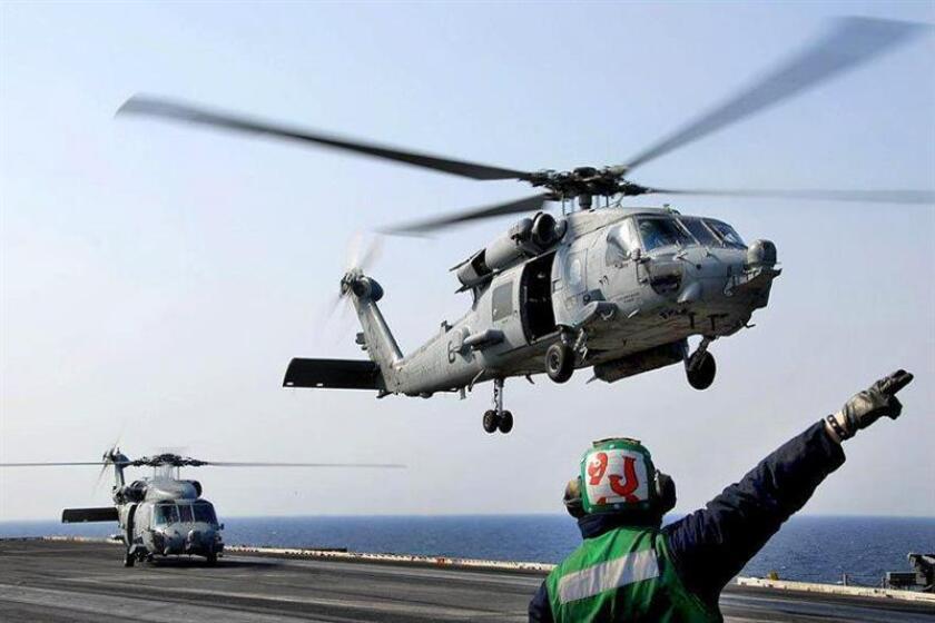 El Ejército, que desde hace semanas colabora con el Departamento de Seguridad Nacional (DHS) en tareas de seguridad aduanera, rechazó hoy que los helicópteros que sobrevuelan la frontera tengan órdenes de vigilar para evitar la posible entrada de inmigrantes indocumentados. EFE/U.S. NAVY/ANTHONY W. JOHNSON/SÓLO USO EDITORIAL/NO VENTAS