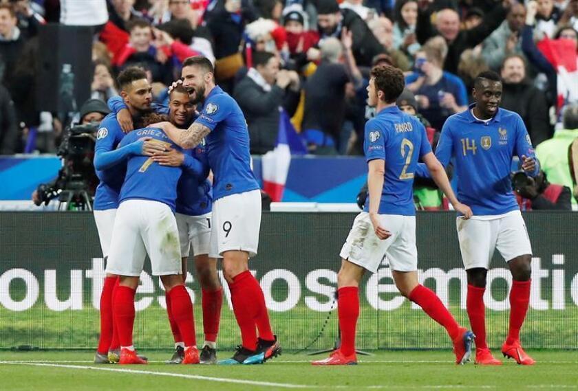 Kylian Mbappe (3i) de Francia celebra un gol con sus compañeros durante un partido del grupo H por la clasificación de la Eurocopa 2020 entre Francia e Islandia este lunes, en París (Francia). EFE