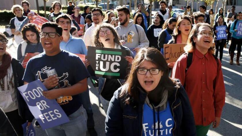 Estudiantes de la Universidad de California protestan por los aumentos de las cuotas, en el exterior de una reunión de regentes en San Francisco. Los directivos planean considerar otro aumento de la matrícula en su reunión de enero próximo.
