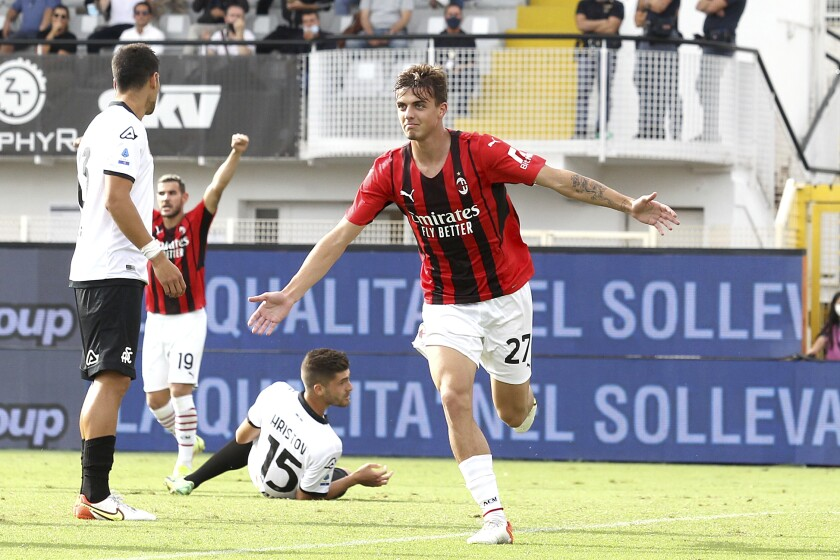 Daniel Maldini, del Milan, festeja su gol, el primero de su equipo, durante el partido de la Serie A contra Spezia en el estadio Alberto Picco, La Spezia, Italia, sábado 25 de setiembre de 2021. Milan ganó 2-1. (Tano Pecoraro/LaPresse via AP)