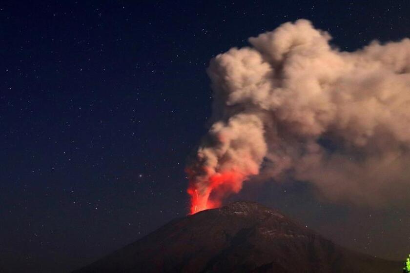 Vista general de las erupciones de ceniza y material incandecente del volcán Popocatépetl este viernes, desde Paso de Cortés, en el estado de Puebla (México). EFE