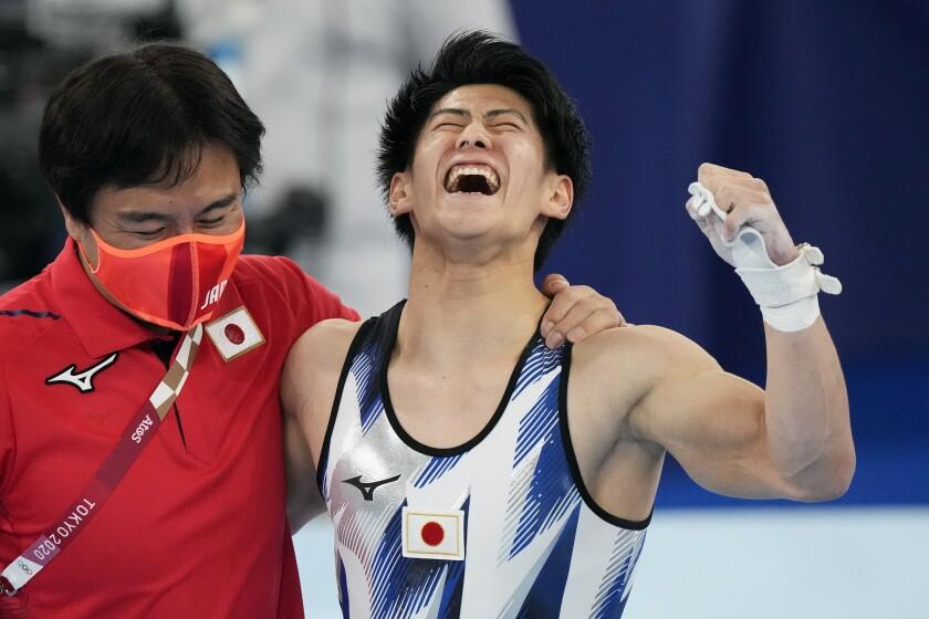 A grinning Daiki Hashimoto raises a fist.
