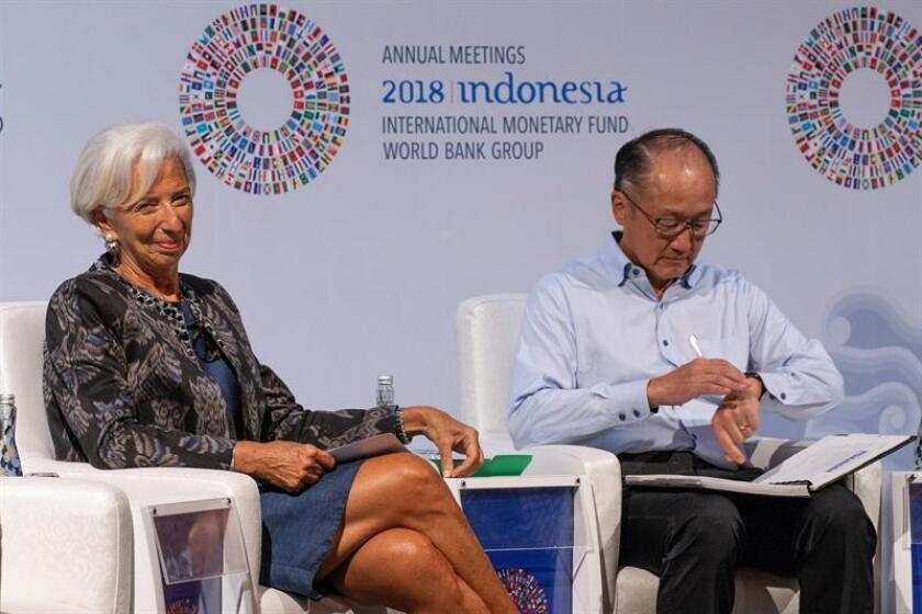 La directora gerente del Fondo Monetario Internacional (FMI), Christine Lagarde (izq), y el presidente del Banco Mundial, Jim Yong Kim, participan en la presentación de la Conferencia sobre Comercio de la reunión anual del Fondo Monetario Internacional (FMI) y el Banco Mundial en Nusadua, Bali (Indonesia). EFE