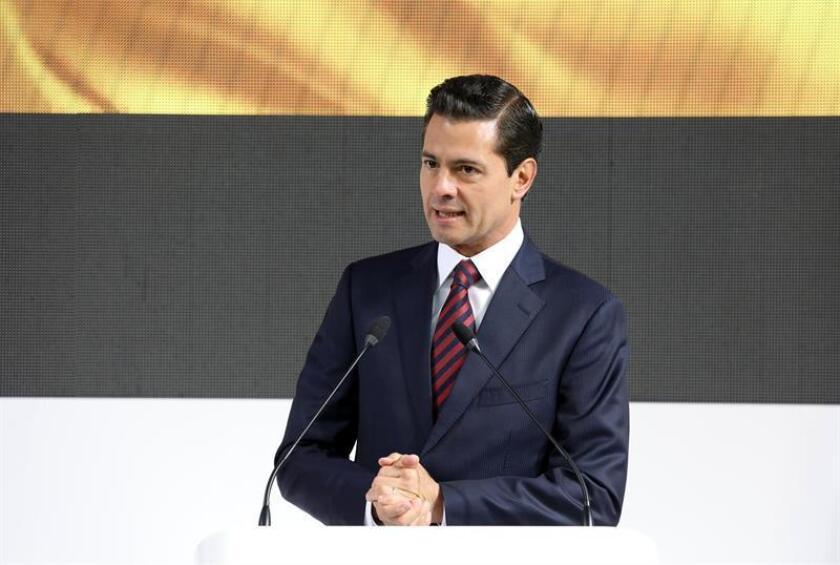 """El presidente de México, Enrique Peña Nieto, afirmó hoy que la victoria de la selección mexicana contra la de Alemania en la Copa del Mundo de Rusia 2018 es """"una gran lección"""" para el país, ya que demuestra todo lo que puede alcanzar siempre que tenga confianza en sí mismo. EFE/ARCHIVO"""