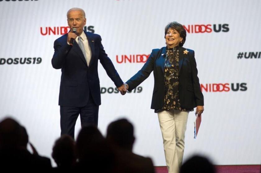 El ex vicepresidente de los Estados Unidos, Joe Biden (i), y Janet Murguia, presidenta y directora ejecutiva de Unidos US, participan en la convención anual de Unidos US, en San Diego, California (EE.UU.). EFE/ David Maung/Archivo