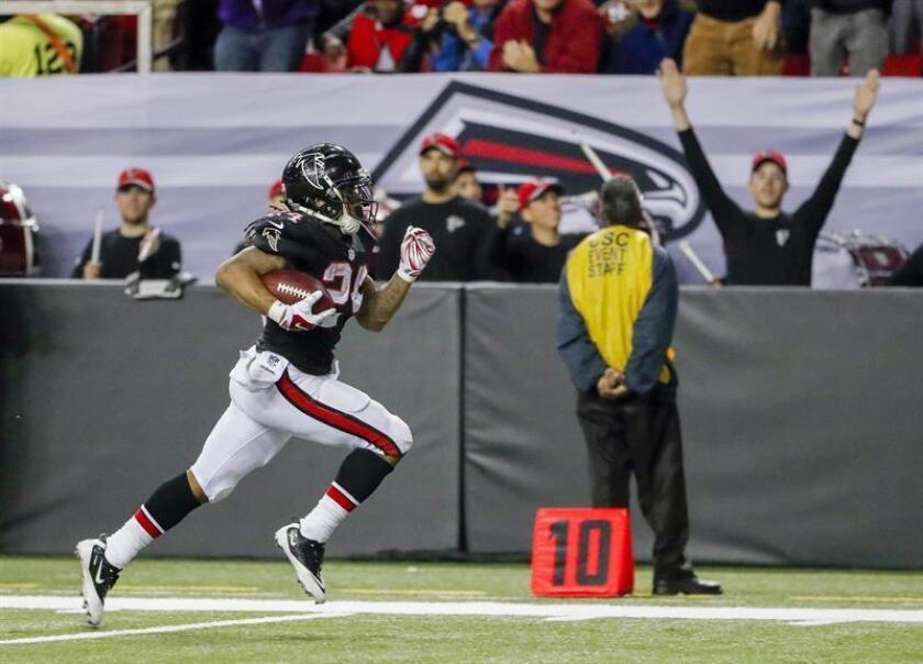 La victoria representa para los Falcons (9-5) la seguridad de que tendrán su primera temporada con números ganadores desde el 2012. EFE