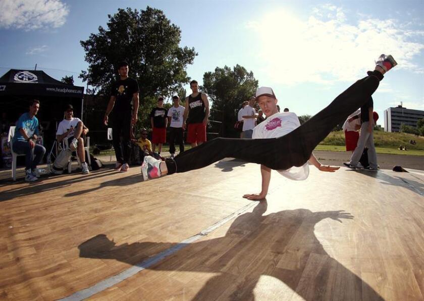 Un chico hace 'breakdance' durante un festival. EFE/Archivo