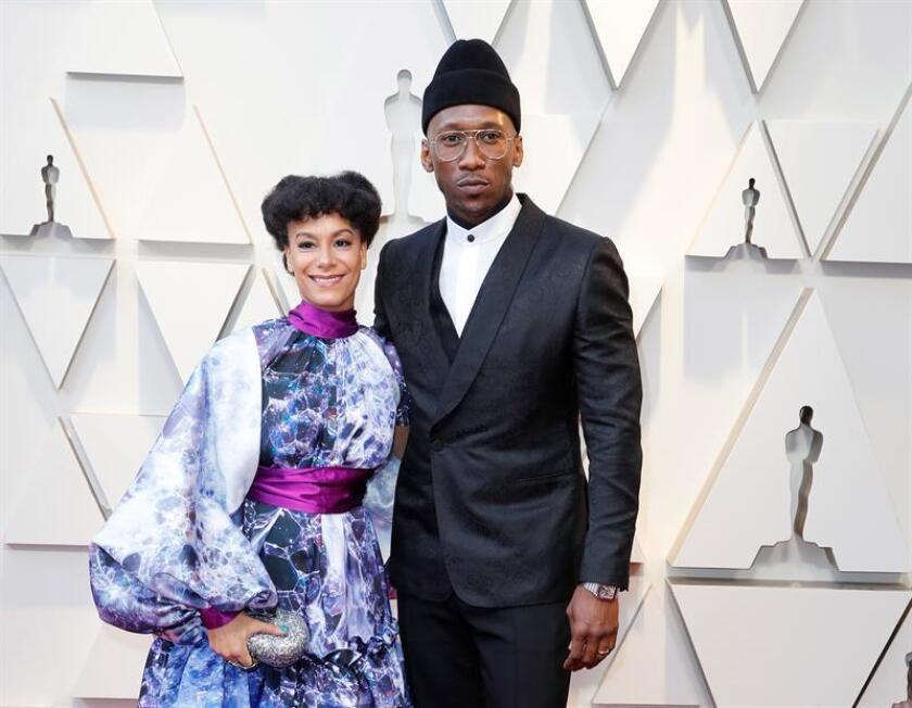 Amatus Sami-Karim (i) y Mahershala Ali (d) posan a su llegada a la alfombra roja de los Premios Óscar, este domingo, en Hollywood, California (Estados Unidos). EFE