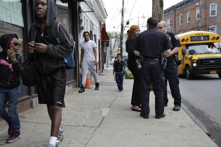 Policías hablan con Cynthia Davis, activista de la comunidad de Staten Island, en Nueva York. (AP Photo/Seth Wenig)