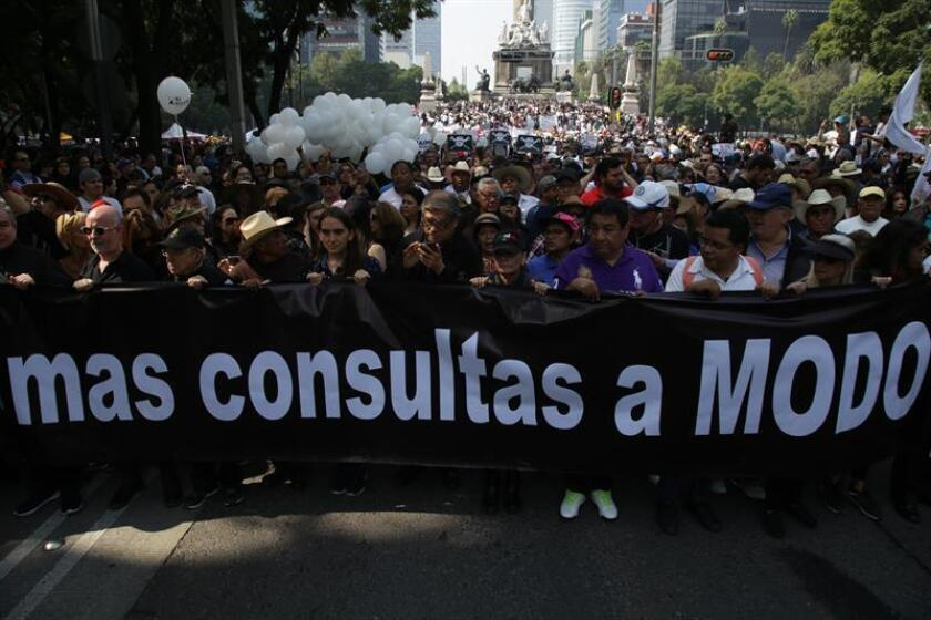Hundreds of people demonstrated on Nov. 11, 2018, in Mexico City against President-elect Andrew Manuel Lopez Obrador's cancellation of the new Mexico City airport project. EFE-EPA/STR