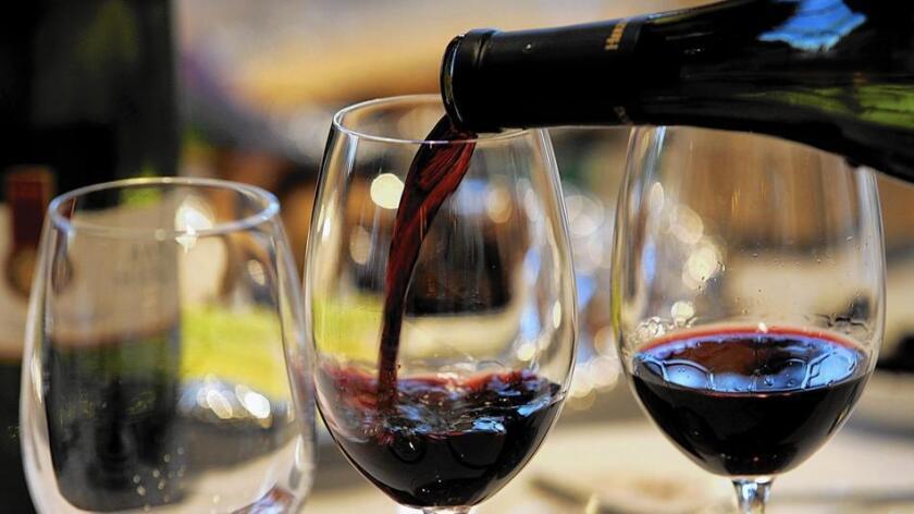Una copa de vino Erasmo, servida en el viñedo Reserva de Caliboro, en el Valle del maule, Chile (Associated Press).