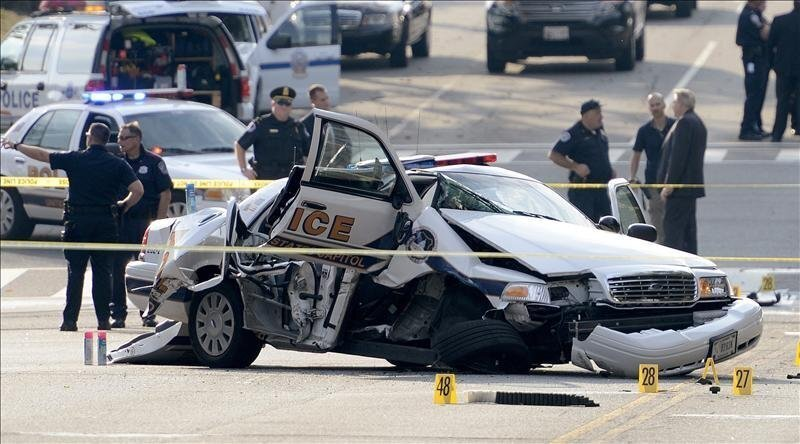View of a wrecked police vehicle near the U.S. Capitol on Oct. 3, 2013. EFE