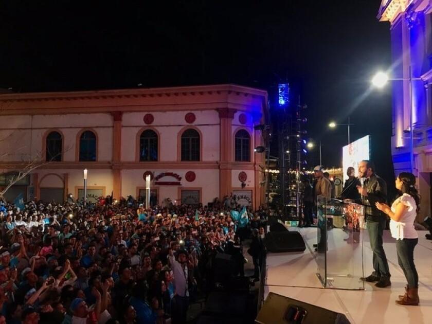 Después de ser declarado ganador, Nayib Bukele se presentó ante sus seguidores en el centro histórico de San Salvador.