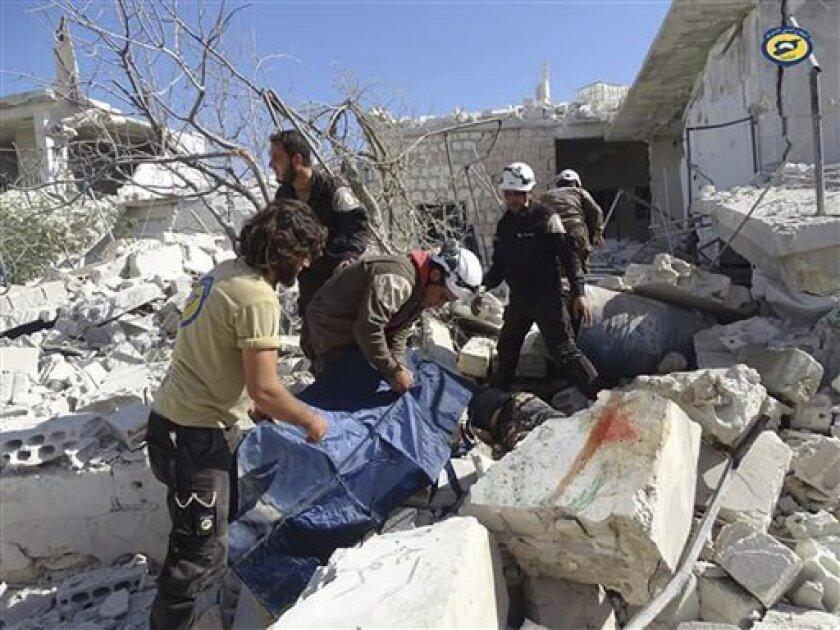 En esta foto proveída por el grupo de Defensa Civil Siria conocido como Cascos Blancos, trabajadores del grupo revisan ente los escombros tras un ataque aéreo contra la aldea de Hass, en la provincia norteña de Idlib, controlada por los rebeldes. Al menos 17 personas, mayormente niños, murieron en el ataque del miércoles, 26 de octubre del 2016.