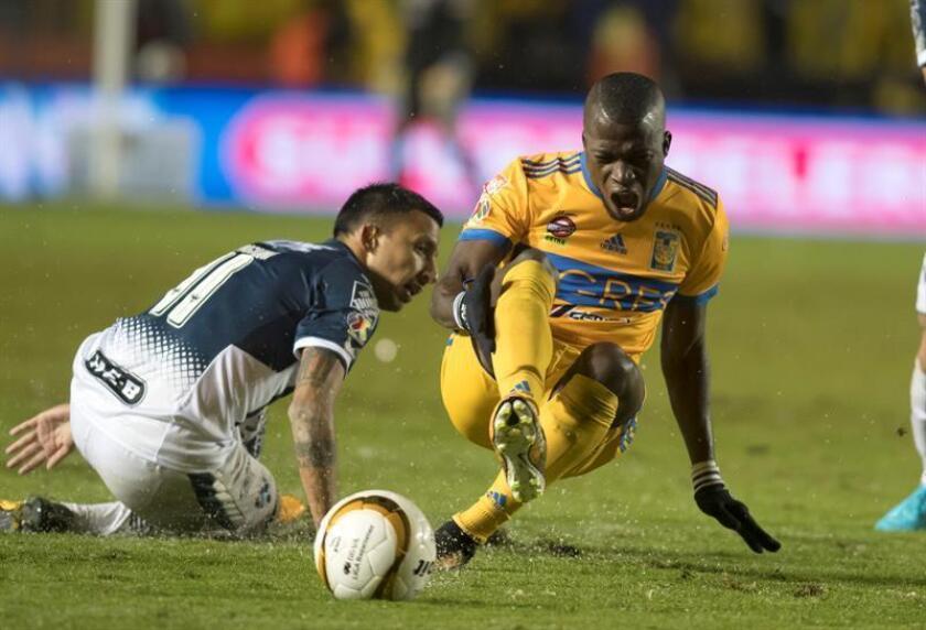El delantero ecuatoriano Enner Valencia (der), de los Tigres de la UANL, reconoció hoy que desea ser el líder goleador del torneo Clausura 2018, pero antes de eso apuesta a ayudar a su equipo a ganar otro título de liga. EFE/ARCHIVO