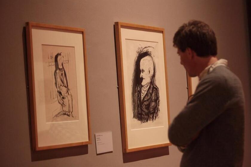 """Visitantes observan la exposición """"Otto Dix. Violencia y Pasión"""" hoy, viernes 13 de enero de 2017, en el Museo Nacional de Arte en Ciudad de México. EFE"""