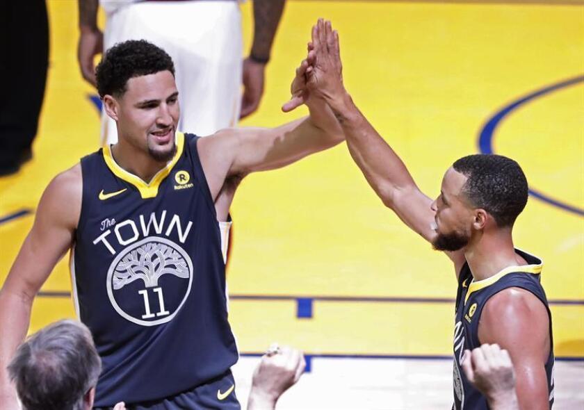 En la imagen un registro de Klay Thompson (i) y Stephen Curry (d), estrellas de los Warriors de Golden State, quienes aportaron 31 puntos cada uno en el triunfo de su equipo 111-142 sobre los Nuggets de Denver. EFE/Archivo