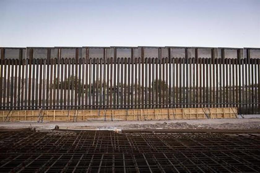 """La promesa del presidente Donald Trump de que México pagará el """"100 %"""" del muro fronterizo, pese a la negativa mexicana, ha despertado las teorías sobre el modo del pago, que se prevé se centre en el alza de los aranceles aduaneros de un 20 % y una posible tasa sobre las remesas. EFE/ARCHIVO"""