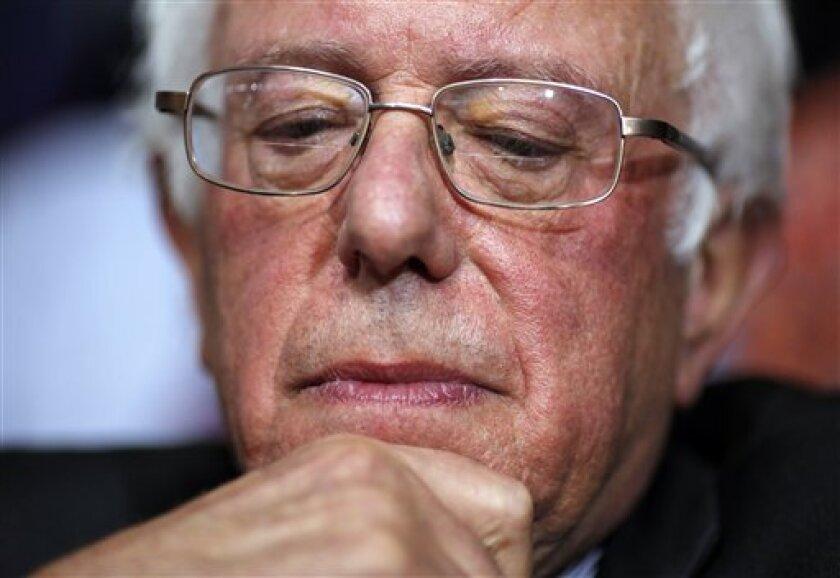 El ex precandidato presidencial demócrata, Bernie Sanders, sonríe antes de pedir que Hillary Clinton se convierta en la elección unánime para la nominación presidencial durante el segundo día de sesiones de la Convención Nacional Demócrata en Filadelfia el martes 26 de julio de 2016. (AP Photo/Matt Rourke)