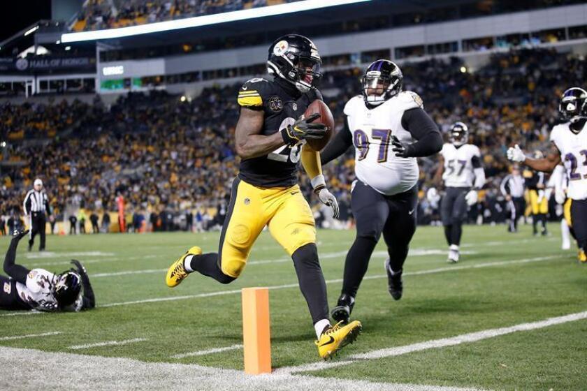 En la imagen, el corredor de los Steelers de Pittsburgh Le'Veon Bell (c). EFE/Archivo