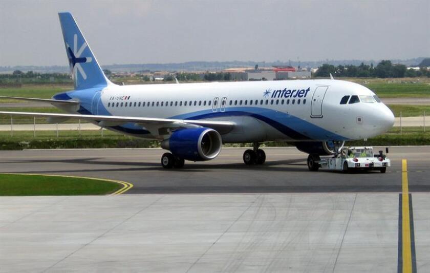 Un avión de la aerolínea Interjet aterrizó de emergencia en Tuxtla Gutiérrez, en el suroriental estado mexicano de Chiapas, con 105 pasajeros, reportaron hoy medios locales. EFE/ Interjet/SOLO USO EDITORIAL