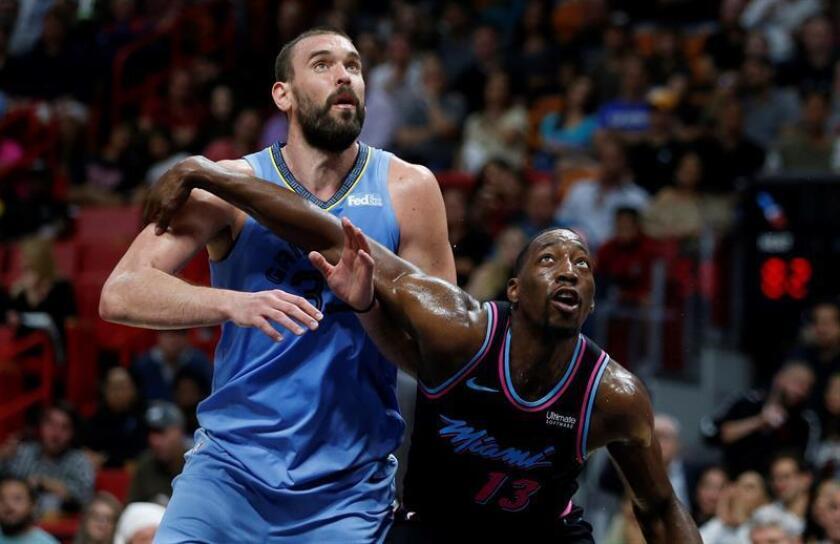 El jugador español Marc Gasol (izq) de Memphis Grizzlies en acción. EFE