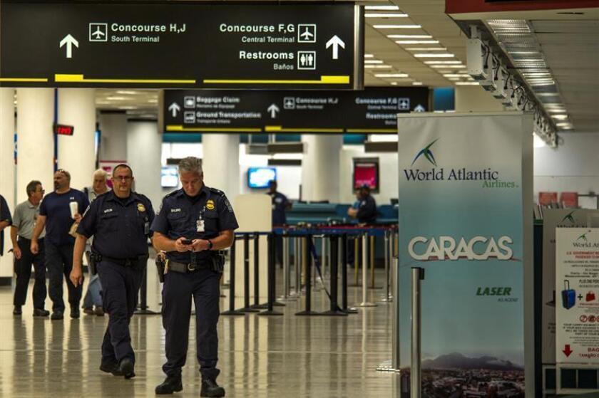 Policías caminan en las Instalaciones del Aeropuerto Internacional de Miami que tendrá horario reducido debido al cierre administrativo del Gobierno de EEUU. EFE/Archivo
