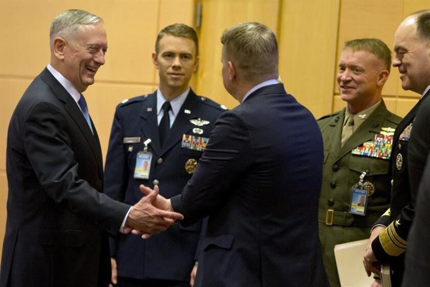 El secretario de Defensa de los Estados Unidos, Jim Mattis (i), conversa con miembros de su delegación antes del comienzo de la reunión de Ministros de Defensa de la OTAN en Bruselas (Bélgica) hoy, 15 de febrero. EFE