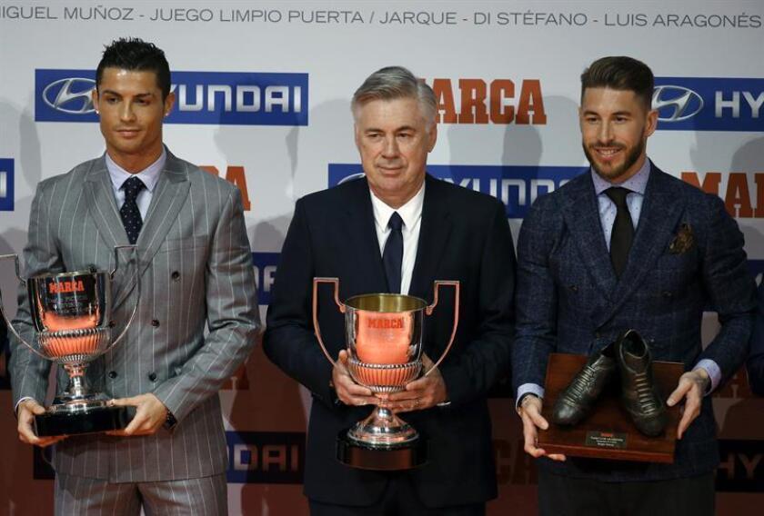 El delantero portugués del Real Madrid (i) Cristiano Ronaldo (Premio Pichichi), el entrenador Carlo Ancelotti (Premio Miguel Muñoz) y el defensa del Real Madrid Sergio Ramos (Premio Luis Aragonés) posan en la entrega de Trofeos Marca, en un acto que ha tenido lugar esta mañana en Madrid. EFE/ ÁNGEL DÍAZ