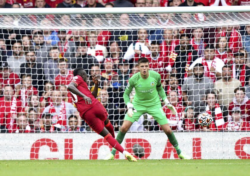 Sadio Mane, de Liverpool anota contra Burnley