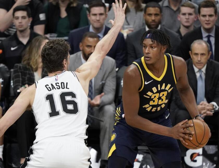 El español Pau Gasol (i) de San Antonio Spurs defiende junto a Myles Turner (d) de Indiana Pacers en un partido de la NBA. EFE/Archivo