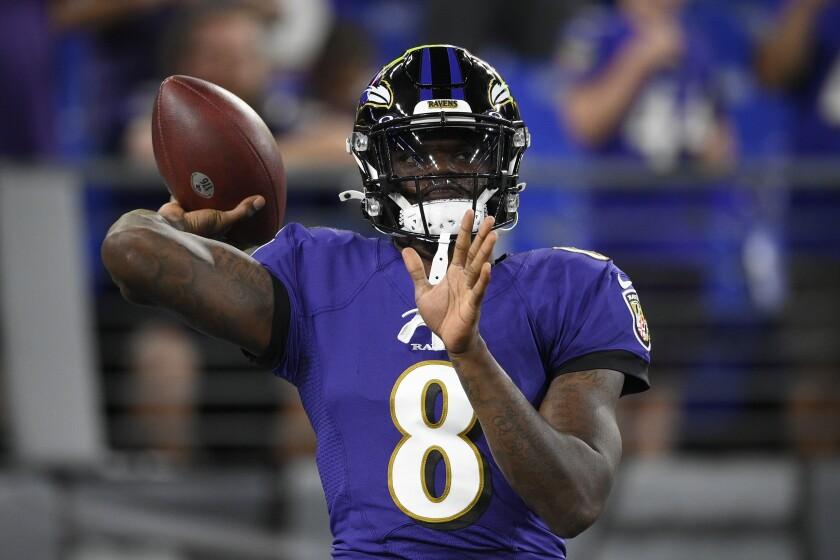 El quarterback de los Ravens de Baltimore Lamar Jackson calienta antes de un juego de NFL contra los Chiefs de Kansas City, el domingo 19 de septiembre de 2021 en Baltimore. (AP Foto/Nick Wass)