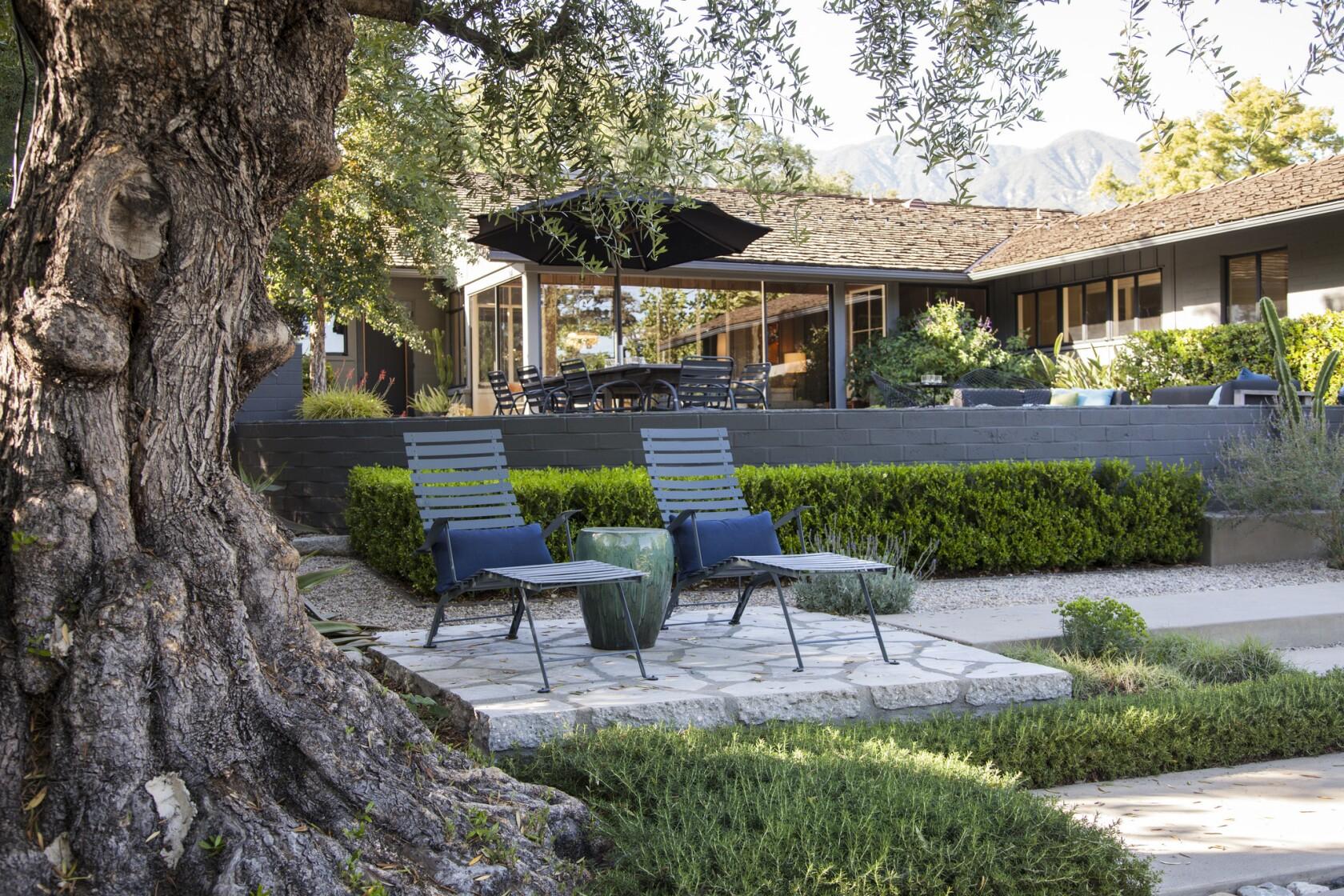 A Pasadena Garden Mixes Fresh And Modern Design With A Rustic