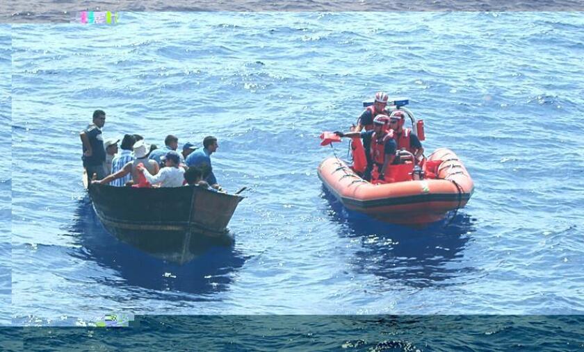 Estados Unidos repatrió esta semana a 63 inmigrantes cubanos que intentaron llegar por mar al país y fueron interceptados por la Guardia Costera en rudimentarias embarcaciones en el Atlántico, informó hoy esa institución. EFE/GUARDIA COSTERA/SOLO USO EDITORIAL