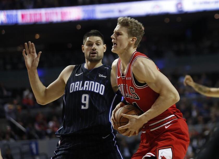 Nikola Vucevic (i) del Orlando Magic defiende ante Lauri Markkanen (d) de Chicago Bulls durante un partido de baloncesto de la NBA entre Orlando Magic y Chicago Bulls que se disputa hoy en el recinto Arena Ciudad de México (México). EFE