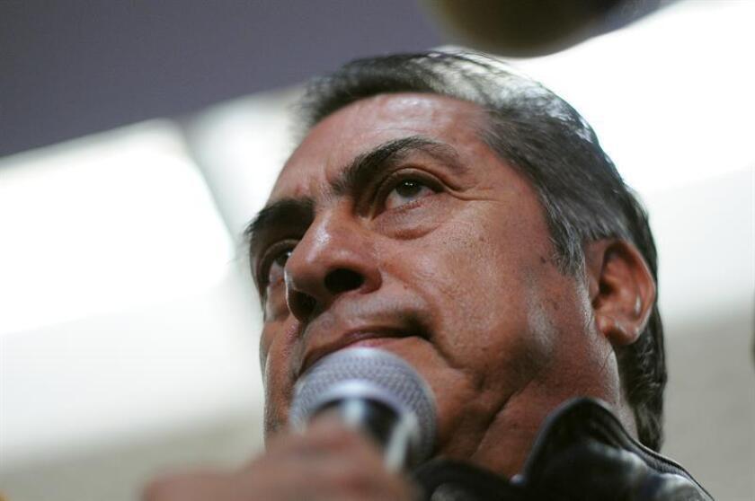 """El aspirante presidencial independiente Jaime Rodríguez Calderón """"El Bronco"""" (c) habla con la prensa en Ciudad de México. EFE/STR/Archivo"""