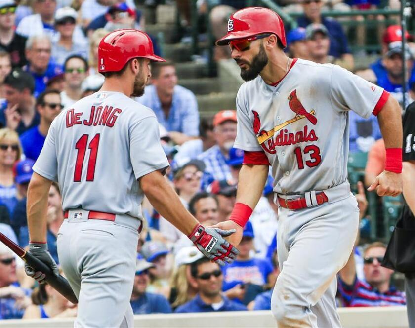 St. Louis Cardinals infielder Matt Carpenter (R) celebrates with St. Louis Cardinals infielder Paul De Jong (L) as he walks in on a bases loaded walk to St. Louis Cardinals infielder Jedd Gyorko by Chicago Cubs pitcher Hector Rondon in the eighth inning of their MLB game at Wrigley Field in Chicago, Illinois, USA, last year. EFE
