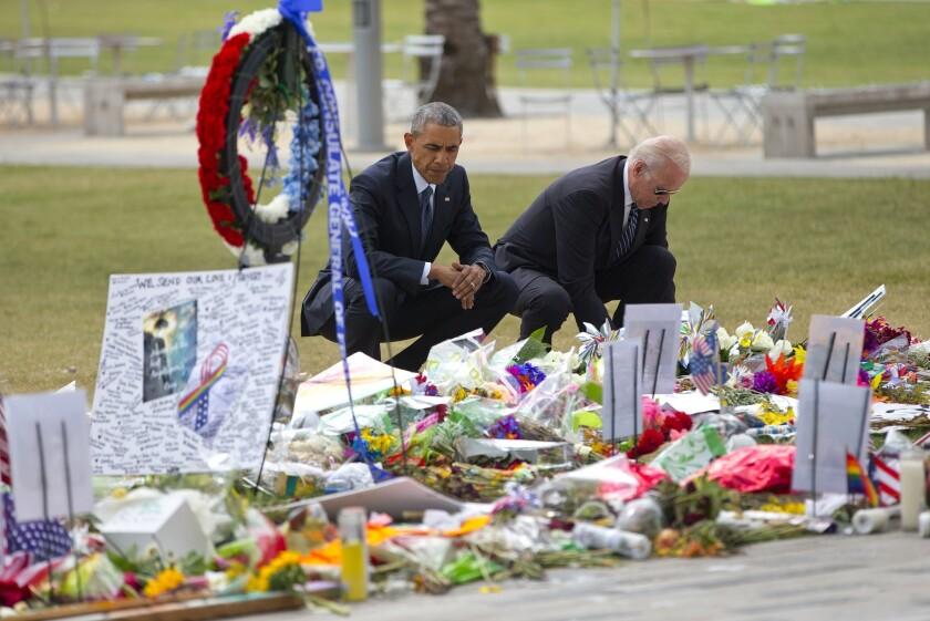 El presidente Barack Obama y el vicepresidente Joe Biden visitan un sitio conmemorativo en recuerdo de las víctimas de la masacre ocurrida en el club nocturno Pulse, el jueves 16 de junio de 2016, en Orlando, Florida. (AP Foto/Pablo Martínez Monsiváis)