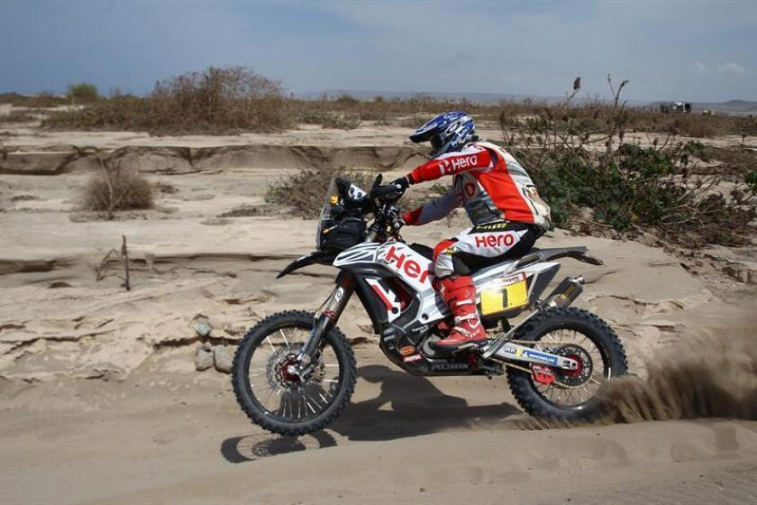 El piloto español Oriol Mena fue registrado este miércoles al conducir su motocicleta Hero, durante la tercera etapa del Rally Dakar 2019, entre San Juan de Marcona y Arequipa (Perú). EFE