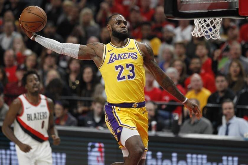 El alero de los Lakers LeBron James en acción durante un partido. EFE/Archivo
