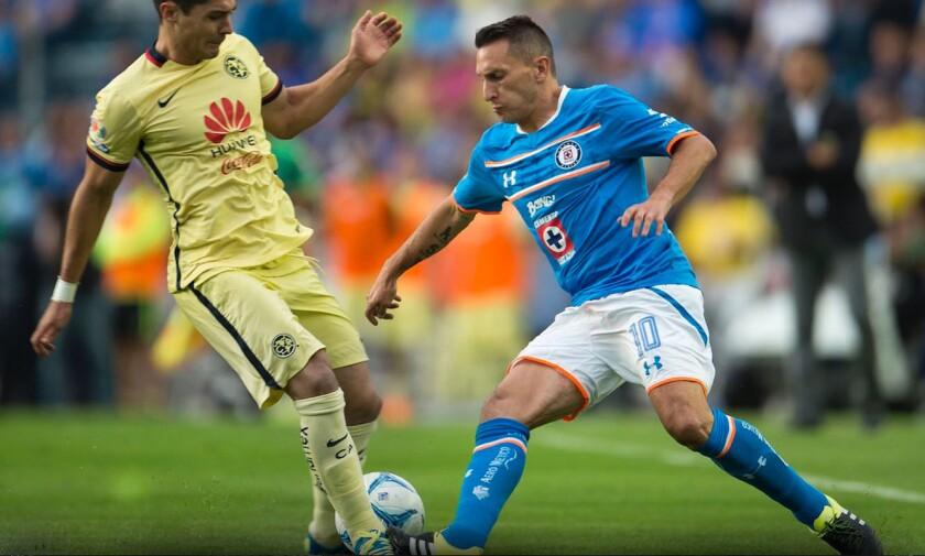 'Chaco' Giménez (d), del Cruz Azul, en un clásico con el América.