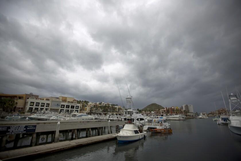 Una fila de embarcaciones que están por ser sacadas del agua como precaución ante la inminente llegada del huracán Newton en Cabo San Lucas, México. (AP Photo/Eduardo Verdugo)
