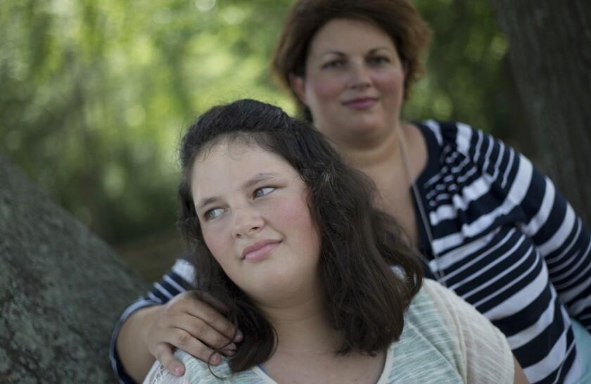 Esta foto muestra a Kaley Zacher, enfrente, posando para un retrato al lado de su madre, Kimberly, en Dublin, Georgia. Zacher dio permiso para que Kaley sea castigada con una paleta en la primaria Southwest Laurents, en Georgia. (AP Foto/John Bazemore)