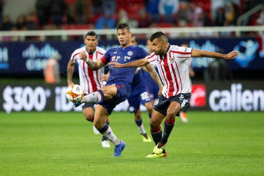 El jugador Hedgardo Marín (d) de Chivas disputa el balón con Milton Caraglio (i) de Cruz Azul. EFE/Archivo