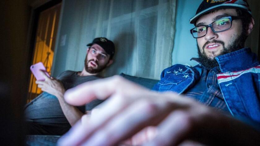 Los fundadores de LibertyWritersNews, Paris Wade (izquierda) y Ben Goldman, en su departamento de Long Beach, el 14 de noviembre pasado (Stuart Palley / Para el Washington Post).
