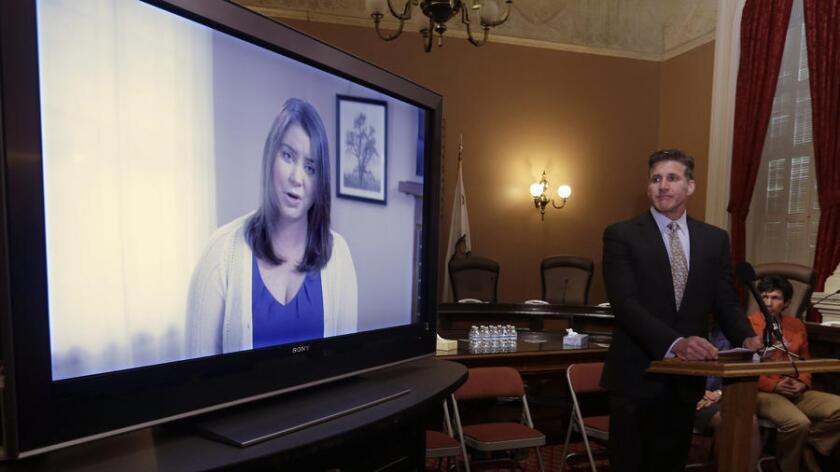 Dan Díaz, el esposo de Brittany Maynard, ve un video de su esposa, grabado 19 días antes de su muerte por suicidio asistido.